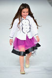 Los Ángeles - 13 de marzo: Un modelo camina la pista en el desfile de moda 2013 del otoño invierno de Es+ Es Fotografía de archivo libre de regalías
