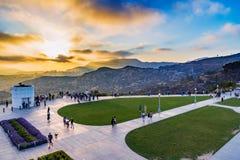 LOS ÁNGELES - 25 DE MAYO: Puesta del sol de la mirada de la gente de Griffith Observat Imagen de archivo