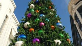 Los Ángeles, E.E.U.U.-noviembre 15,2017: Árbol de navidad con las bolas coloridas enormes almacen de video