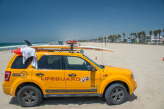 LOS ÁNGELES, los E.E.U.U. - 5 de agosto de 2014 - coche amarillo del salvavidas en paisaje de la playa de Venecia Imágenes de archivo libres de regalías