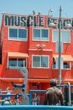 LOS ÁNGELES, los E.E.U.U. - 5 de agosto de 2014 - ejercicio del hombre negro en playa del músculo en la playa de Venecia Imagen de archivo