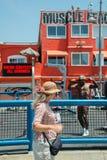LOS ÁNGELES, los E.E.U.U. - 5 de agosto de 2014 - ejercicio del hombre negro en playa del músculo en la playa de Venecia Foto de archivo