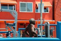 LOS ÁNGELES, los E.E.U.U. - 5 de agosto de 2014 - ejercicio del hombre negro en playa del músculo en la playa de Venecia Imagen de archivo libre de regalías