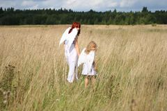 Los ángeles sirven de madre y niño fotografía de archivo libre de regalías