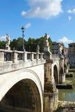 Los ángeles tienden un puente sobre sobre el río Tíber en Roma, Italia Fotos de archivo libres de regalías