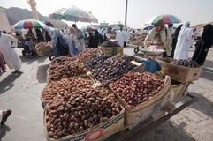 Los árabes venden fechas frescas en las fechas en Medina fotografía de archivo