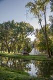 Los árboles del otoño reflejan en el lago foto de archivo libre de regalías