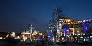 Los árboles iluminaron a los días de fiesta de la Navidad y del Año Nuevo en la noche en Moscú Imágenes de archivo libres de regalías
