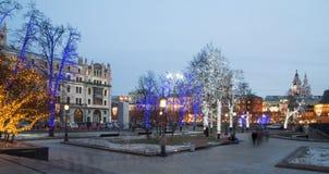 Los árboles iluminaron a los días de fiesta de la Navidad y del Año Nuevo en la noche en Moscú, Rusia Imagen de archivo