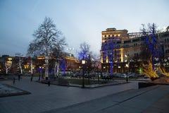 Los árboles iluminaron a los días de fiesta de la Navidad y del Año Nuevo en la noche en Moscú, Rusia Foto de archivo