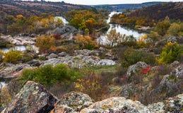 Los árboles y las rocas en una isla reflejaron en un río del insecto Fotos de archivo libres de regalías