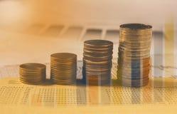 Los índices financieros de la acción de la exposición doble con la pila acuñan Fotografía de archivo libre de regalías