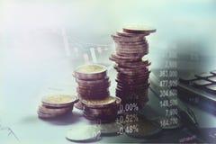 Los índices financieros de la acción de la exposición doble con la pila acuñan Imágenes de archivo libres de regalías