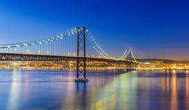 Los 25 de Abril Bridge en Lisboa, Portugal Imagenes de archivo