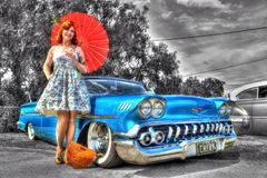 Los años 50 clásicos Chevy con la mujer Imagen de archivo libre de regalías
