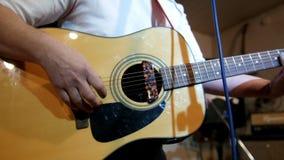 Los años 60 de balanceo El músico juega música del estilo de la roca Seis secuencias metrajes