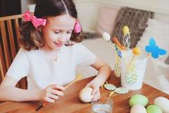 Los 7 años felices embroman a la muchacha que pinta los huevos de Pascua Preparaciones del arte y del día de fiesta de Pascua Imagen de archivo libre de regalías