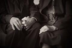 Los 80 años más lindos casaron a la pareja que presentaba para un retrato en su casa Del amor concepto para siempre Imágenes de archivo libres de regalías