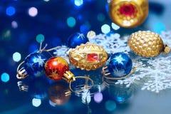 Los Años Nuevos de la Navidad juegan en un fondo borroso de la Navidad t Imagen de archivo