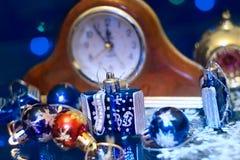 Los Años Nuevos de la Navidad juegan en un fondo borroso de la Navidad t Fotografía de archivo