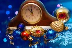 Los Años Nuevos de la Navidad juegan en un fondo borroso de la Navidad t Imágenes de archivo libres de regalías