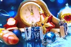 Los Años Nuevos de la Navidad juegan en un fondo borroso de la Navidad t Fotos de archivo