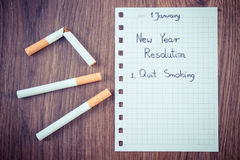 Los Años Nuevos de resoluciones escritas en la hoja de papel, abandonaron el fumar, mundo ningún día del tabaco Imagen de archivo libre de regalías