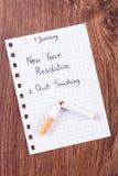 Los Años Nuevos de resoluciones escritas en la hoja de papel, abandonaron el fumar, mundo ningún día del tabaco Foto de archivo
