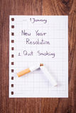 Los Años Nuevos de resoluciones escritas en la hoja de papel, abandonaron el fumar, mundo ningún día del tabaco Foto de archivo libre de regalías