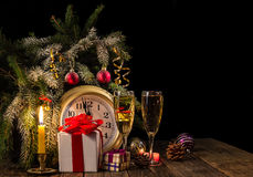¡Los Años Nuevos están pronto! Velas y regalos Imagen de archivo libre de regalías