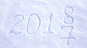 los Años Nuevos fechan 2018 escrito en fondo de la nieve Foto de archivo libre de regalías