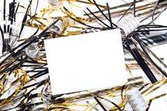 Los Años Nuevos party los claxones con la tarjeta en blanco de la invitación imagen de archivo