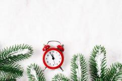 Los Años Nuevos registran y las ramas spruce en la nieve Fotografía de archivo
