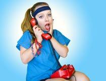 Los años ochenta labran a la muchacha adolescente que habla en el teléfono Imagen de archivo libre de regalías
