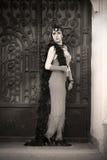 Los años 20 retros de la mujer - los años 30 que se colocan en la puerta Fotos de archivo
