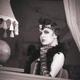 Los años 20 retros de la mujer - los años 30 que se sientan en el café Imagen de archivo libre de regalías