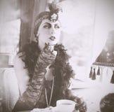 Los años 20 retros de la mujer - los años 30 que se sientan en el café Fotografía de archivo