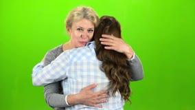 Los abrazos del natural, son soporte y el hablar La madre abraza a su hija Pantalla verde almacen de video