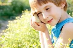 Los abrazos lindos del muchacho chiken verano disponible de la naturaleza Imagen de archivo