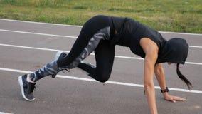 Los ABS del entrenamiento de la mujer de la aptitud del ejercicio se incorporan al aire libre Chica joven que hace entrenamiento  almacen de video