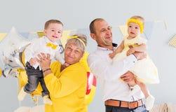 Los abuelos con los nietos celebran cumpleaños Foto horizontal foto de archivo