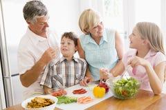 Los abuelos y los nietos preparan la comida de A foto de archivo libre de regalías