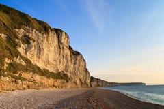 Los acantilados acercan a Etretat y a Fecamp, Normandía, Francia Foto de archivo libre de regalías