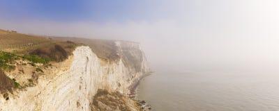 Los acantilados blancos de Dover en una mañana de niebla imagen de archivo