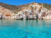 Los acantilados de Polyaigos, una isla de las Cícladas griegas imagen de archivo
