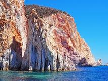 Los acantilados de Polyaigos, una isla de las Cícladas griegas fotografía de archivo