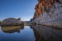Los acantilados devonianos imponentes de la piedra caliza de Geikie Gorge donde el ajuste foto de archivo libre de regalías