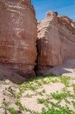 Los acantilados elevados de la piedra arenisca roja en la costa del ` s de Angola alinean Fotografía de archivo libre de regalías