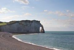 Los acantilados en Etretat en Normandía, Francia Imagen de archivo libre de regalías