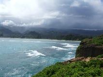 Los acantilados en Laie señalan la península, Oahu, Hawaii foto de archivo
